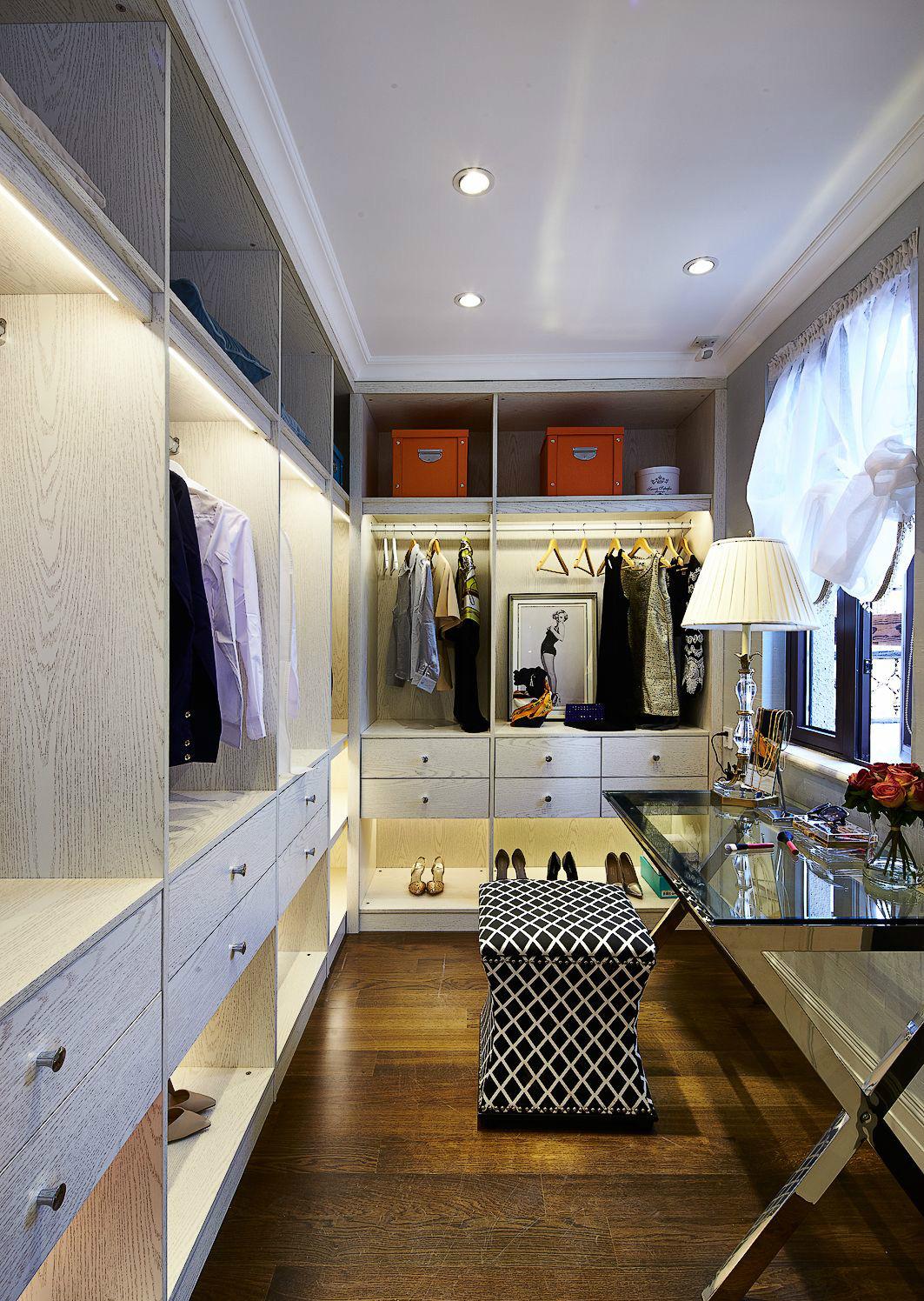 擁有一間美觀實用的衣帽間是人之所想,光線透過窗照射在衣柜上,盡顯靚麗。