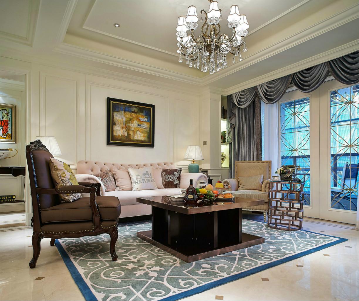 从壁画、沙发、窗帘、灯具等等就可以看出房子的贵族范儿。