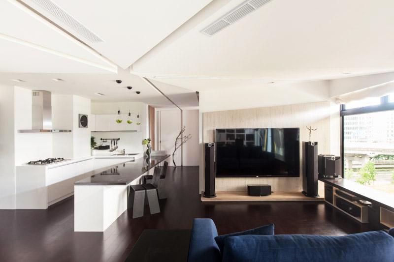 线条奇特的吊顶、富有设计感的开放式厨房、木质电视背景墙融入,丝毫不杂乱。