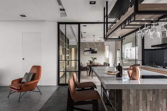 以开放、穿透的格局规划,创造出大尺度餐厨区,满足聚会与招待的需求。