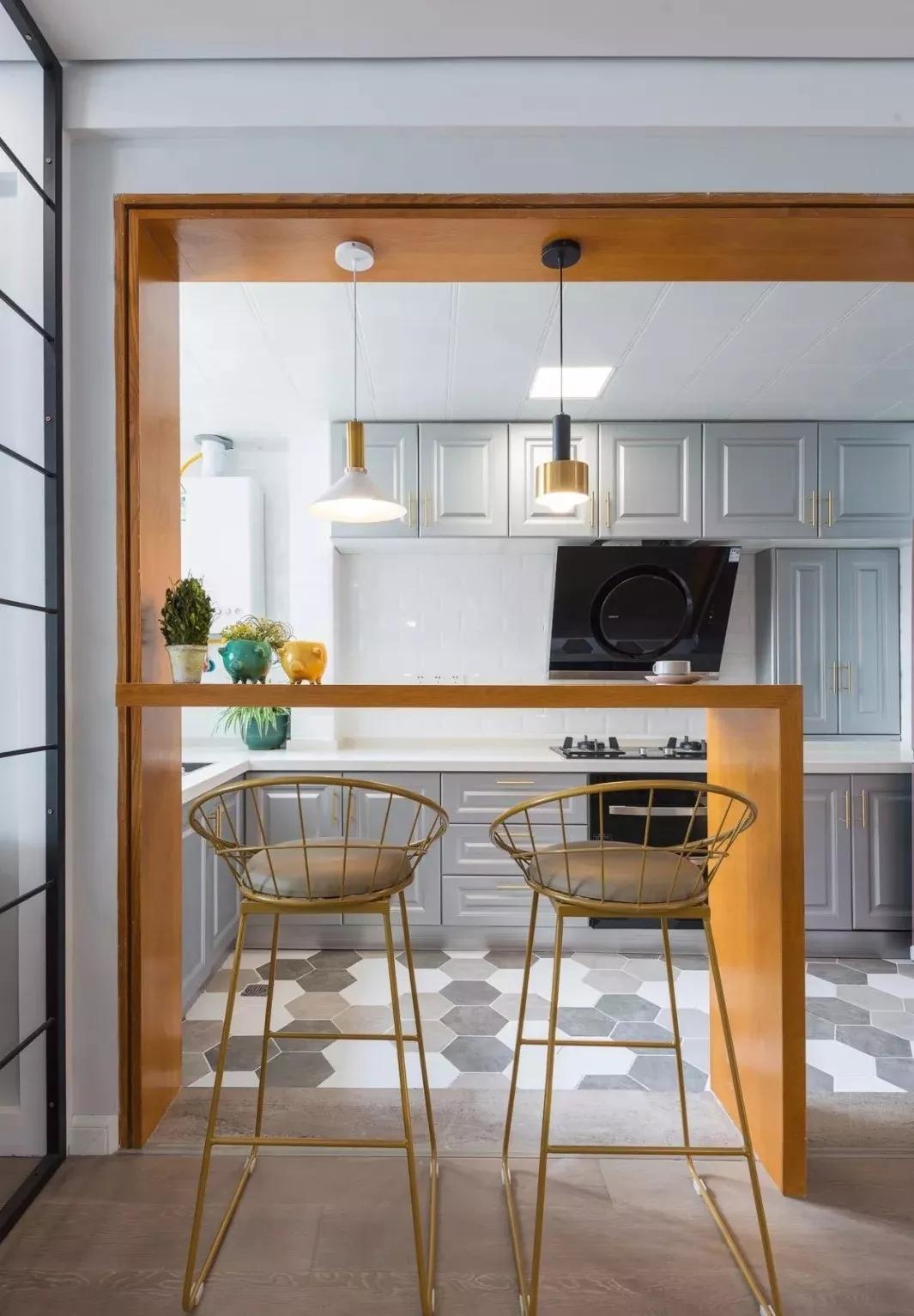 开放式厨房现如今越受欢迎,吧台设计不仅有效隔离功能区,而且更是饮茶品咖啡聊天的惬意之地。