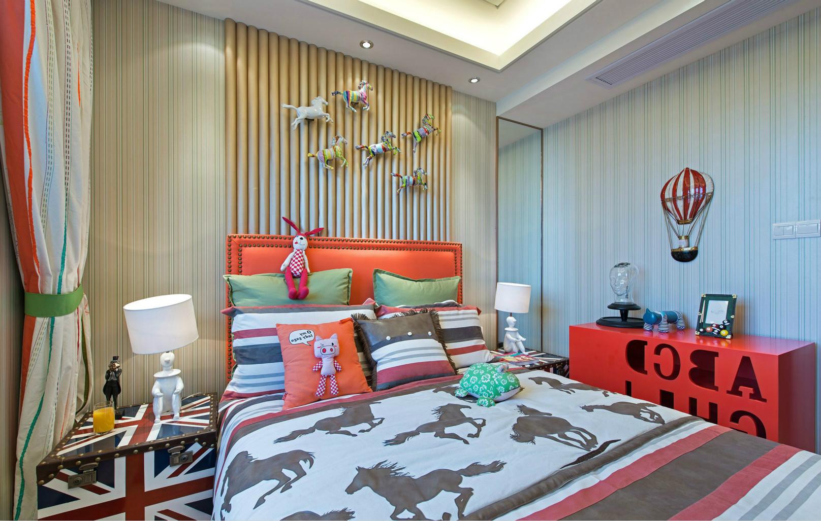 儿童有别于时尚风格,于小孩房以营造温馨感,并用壁纸线条变化,让卧眠空间有活泼生动的表情。