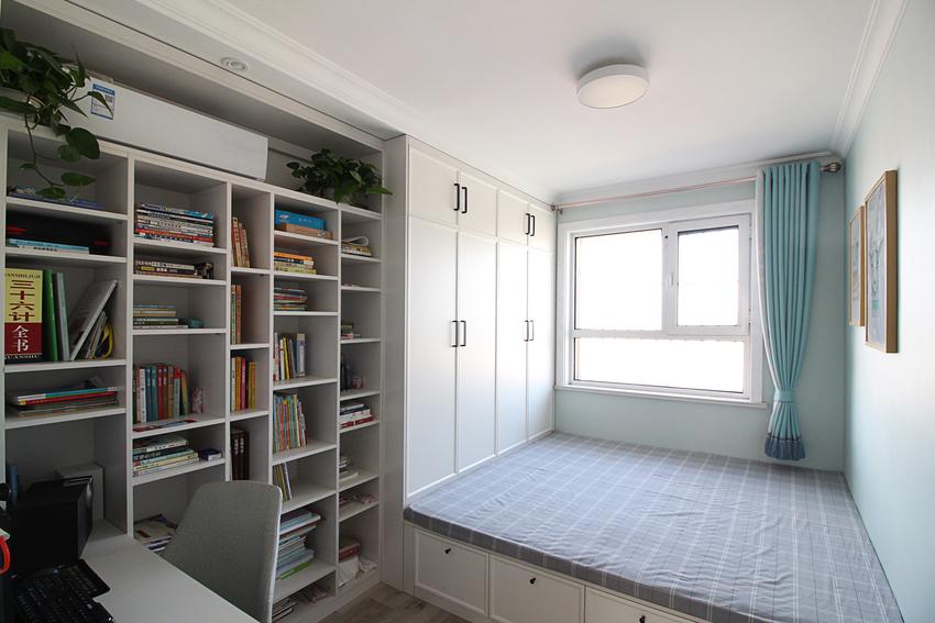 次卧还是做成了榻榻米的书房,大面积的书柜和衣柜与榻榻形成一个整体,连空调都隐藏的安装其中,看上去干净