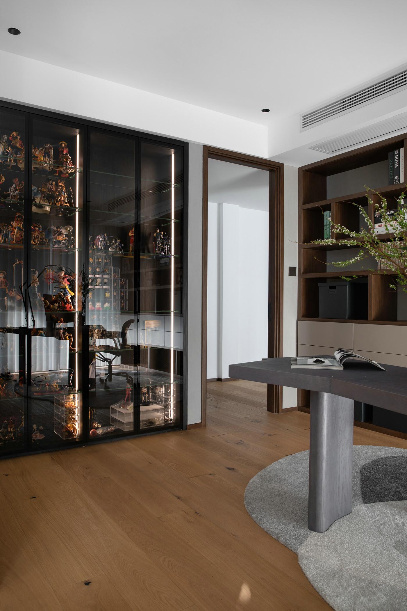 书房侧柜巧用玻璃装饰,延伸感强,时尚感浓郁,给予空间艺术气息。