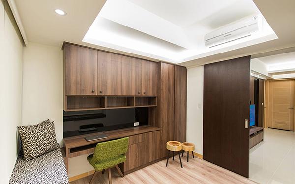 以系统柜争取最大的机能效益,不仅书桌面积宽敞,书柜、衣柜也完整齐备。