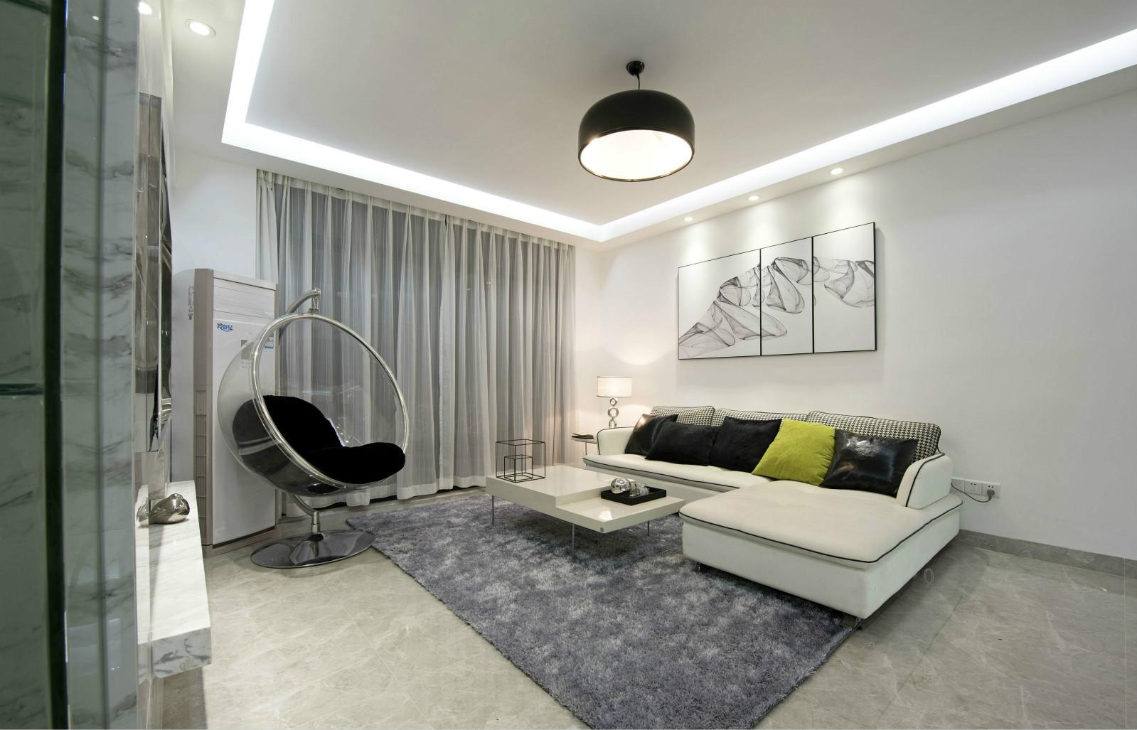 客厅中放置着清晰线条的深白色转角座沙发,内敛而简约。