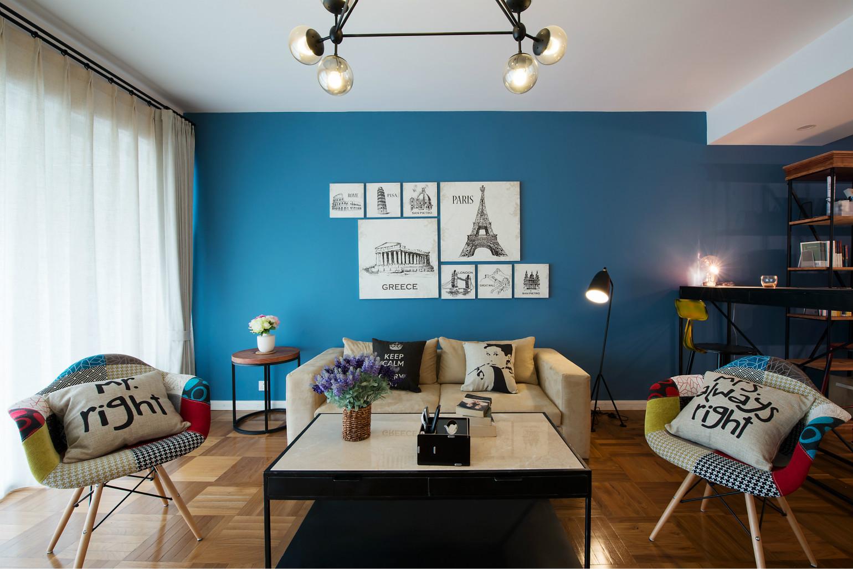 室内采用古典装饰画,以及桌椅的别致,体现屋内华丽的风格