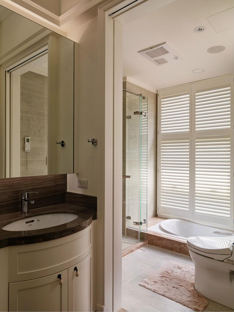 卫生间整体简约个性,同时设置坐便器与蹲坑,满足家人需求