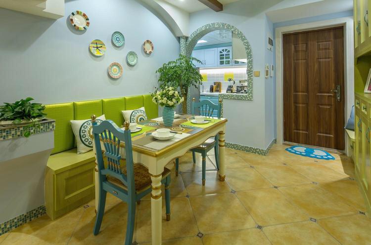 木制的桌椅,和绿色的座椅背景,整个清新温馨