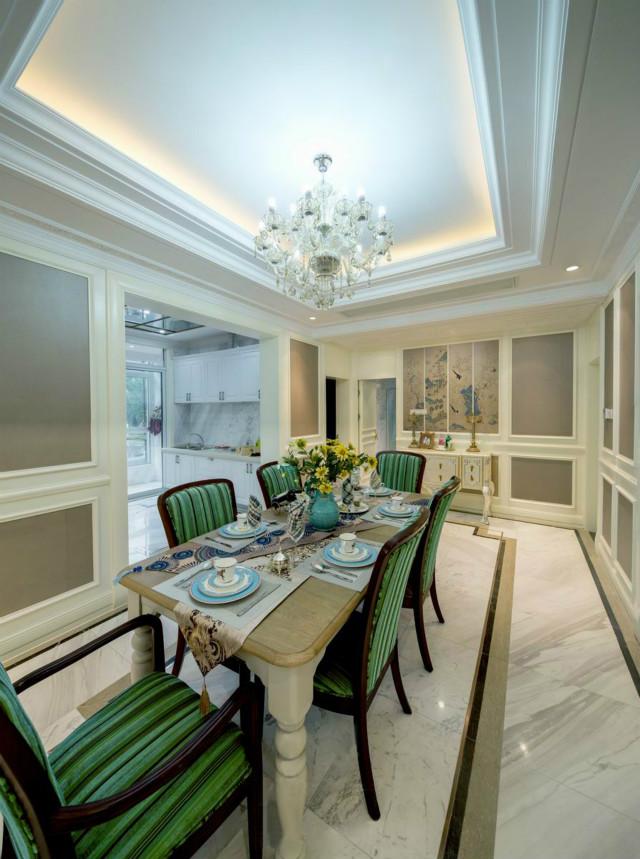 华丽的吊灯与餐桌交相呼应,绿色的点缀让整个空间富有生机。