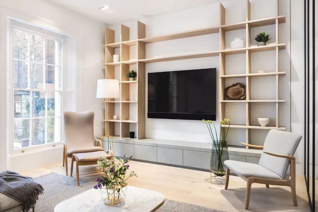 浅色的木和米色调的家具,一瓶清雅的花艺和一个朴质的陶器,以及一盏简单的吊灯,营造了一个柔和平静的家。