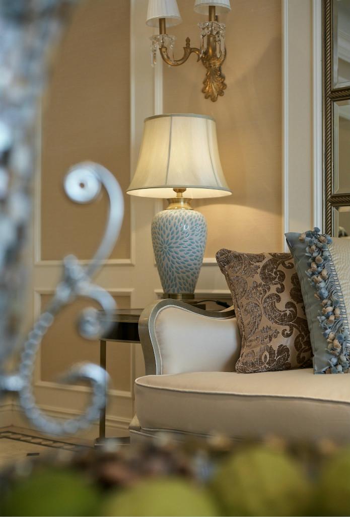 沙发旁边的陶瓷柱体的台灯,让人觉得干净又低调的奢华。