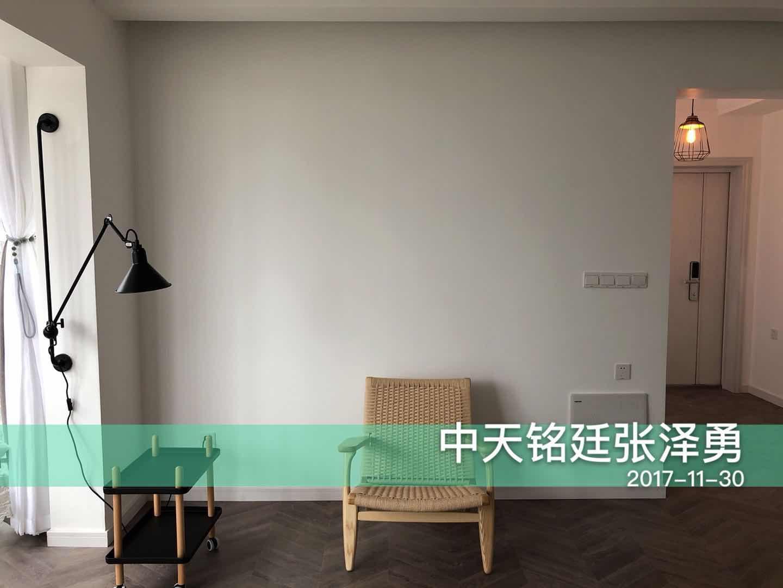 整个空间材质的运用凸显了自然的气息,灰色木地板与白墙形成对比,竹椅更显休闲安逸。