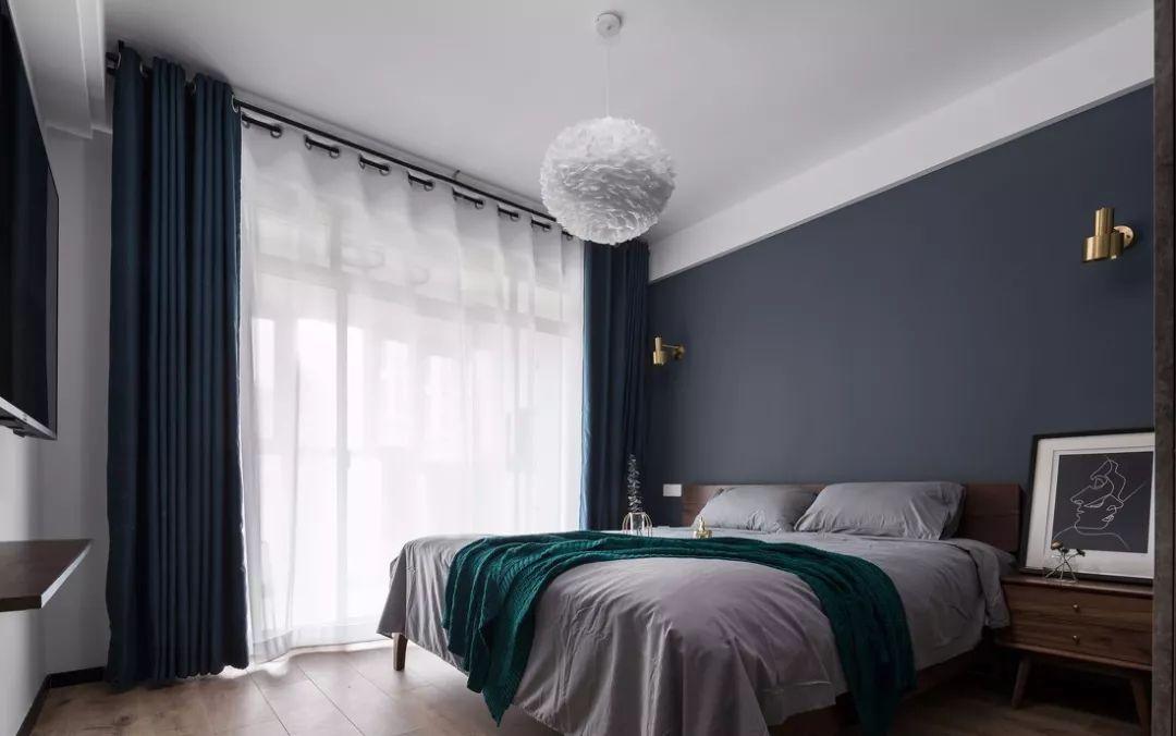 卧室的色调很符合喜欢冷色调的朋友。床头背景选择了低沉优雅的深灰蓝,搭配纯净的白纱勾勒出沉稳的空间之美