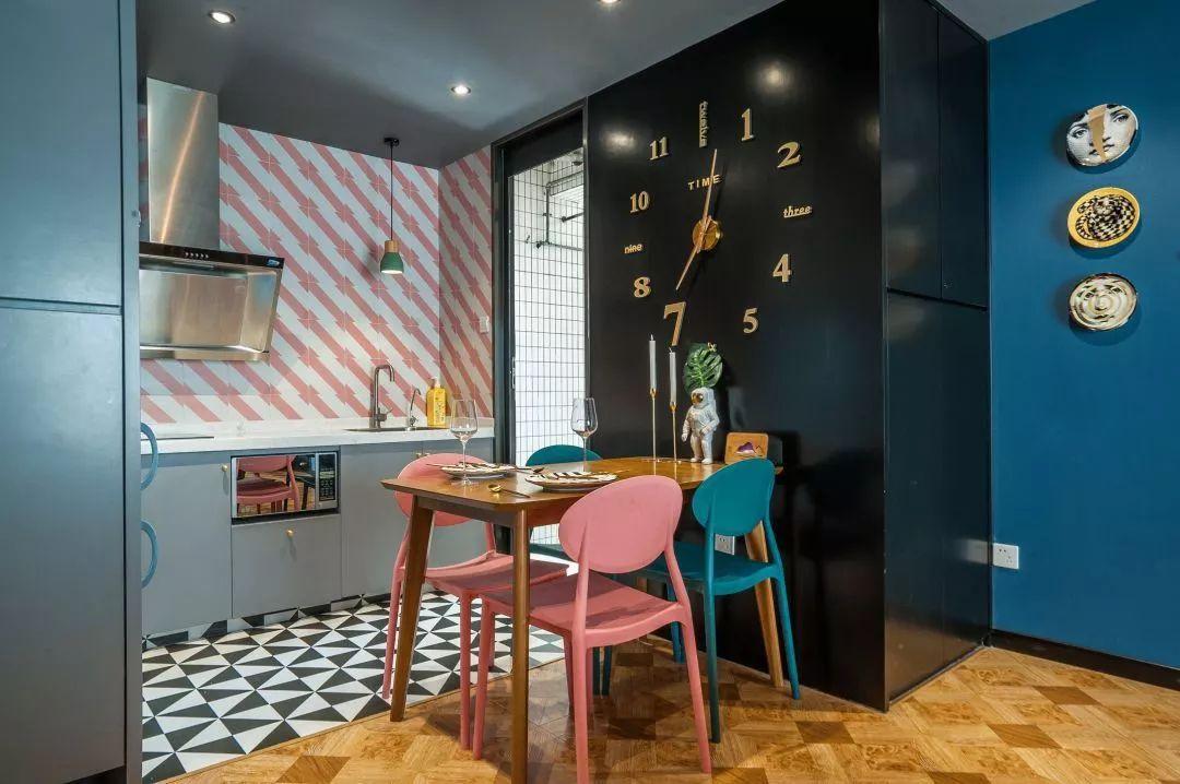 开放式的厨房和餐厅结合起来,粉蓝的餐椅,搭配木质餐桌,墙面瓷盘装饰和创意时钟,在时尚中透出奢华感。