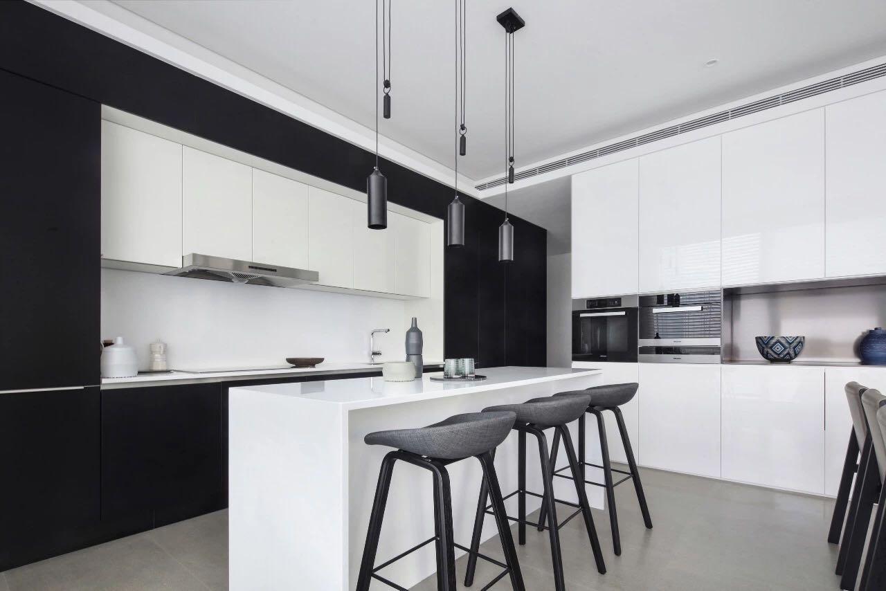廚房設計讓空間顯得更加寬敞,色彩搭配上采用黑白搭配,使空間優雅大氣。