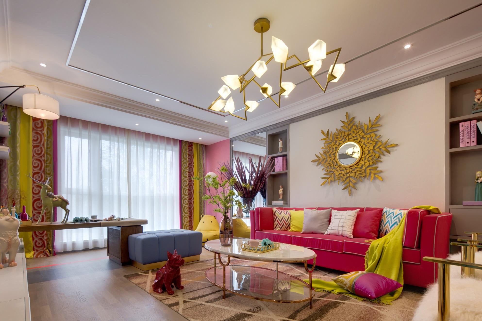 客厅浪漫气息浓厚,粉色与白色的结合,打造出粉丝调的甜腻感,使人感受到一抹活泼。