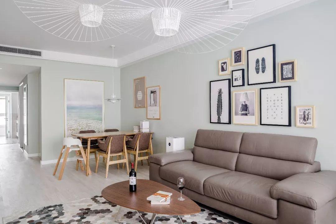 墙面运用简约风格的挂画做装饰,画报不仅在色调上与整体风格呼应,画面内容更是让屋主倾心。