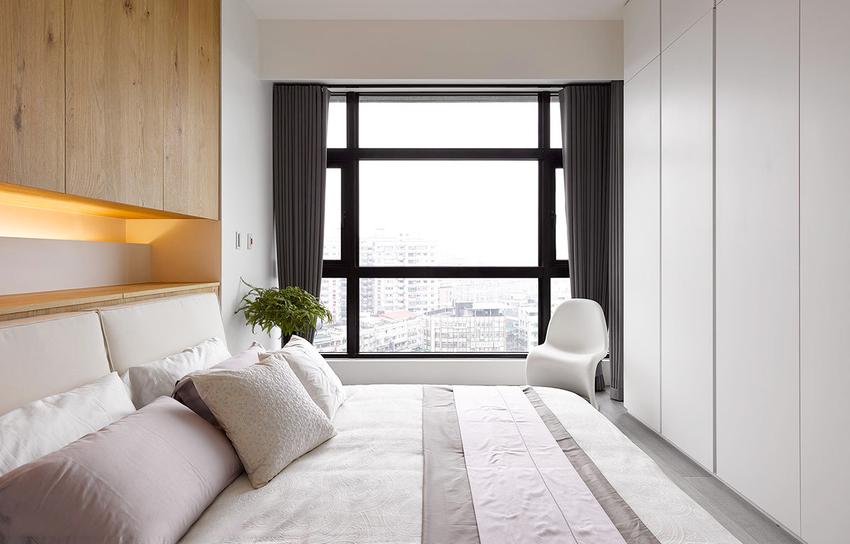 简单到只有基础功能的卧室,纯白的色彩下原木色的床头,忠实的描述着北欧气质。