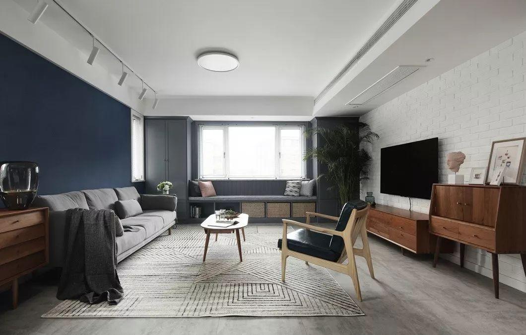 客厅区域无论色彩或造型,一切从简。原朝南窗户处现场制作了飘窗座,不仅增加储物功能,也增加了互动性。