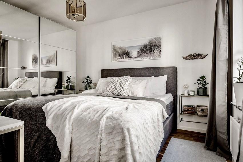 卧室中除了尽可能摆放下率之外,卧室的镜面衣柜还是吸引了不少注意力。