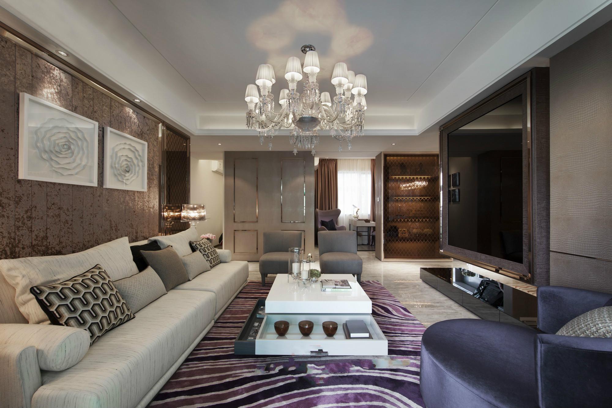 客厅中放置着大型纹络状的布面沙发,沙发的背景墙则是以冷色系而成,很是别致