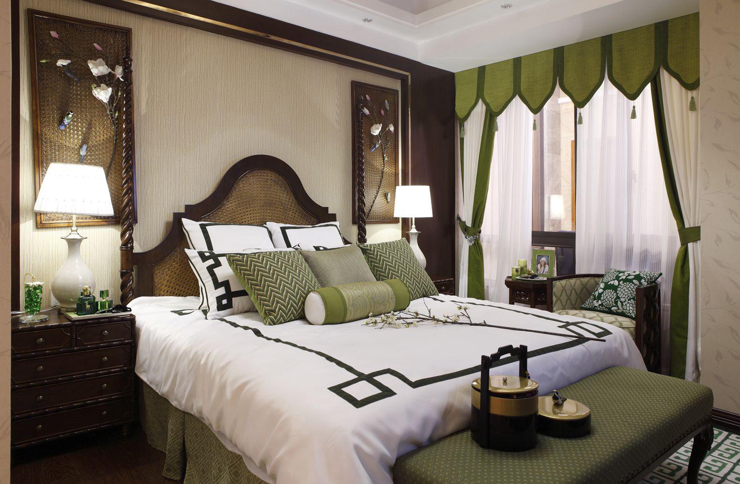 卧室的背景墙则用一幅横向长条画装饰,带有动态感的内容使得温馨中添加了一丝动感。