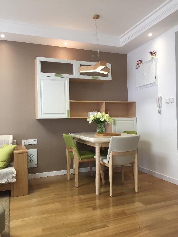 选用原木风情的餐桌椅和枝状吊灯,趣味十足,又与整体风格相匹配。