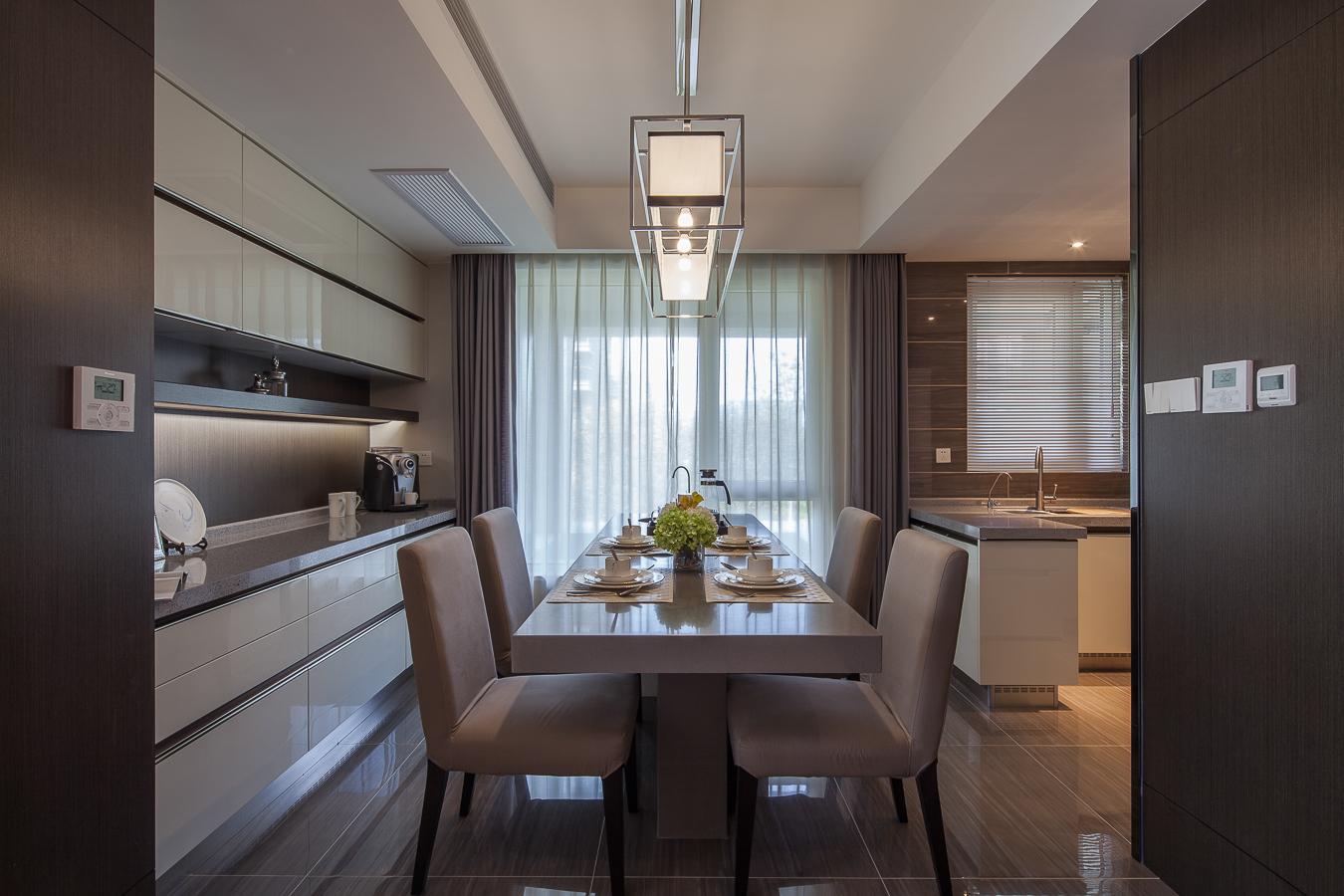 灰色的亚麻布艺餐椅既舒适又简约,与木质的温润质感相得益彰。