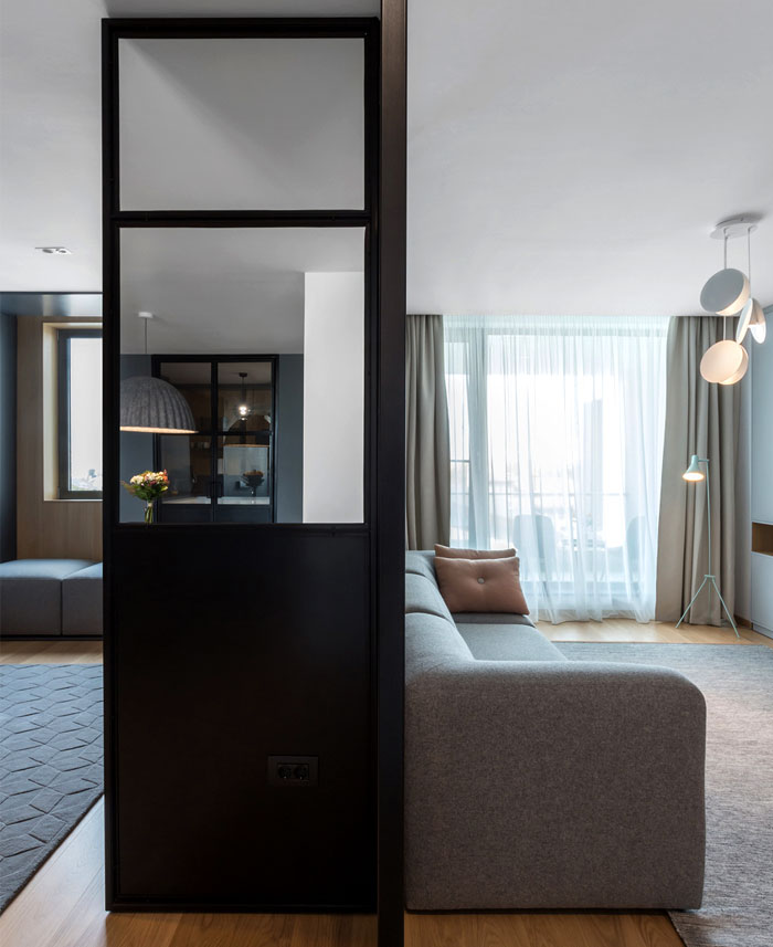 必要时,金属和玻璃墙可以创造出一个独立空间,将厨房与房屋的其余部分分开,使其成为用餐区的背景。