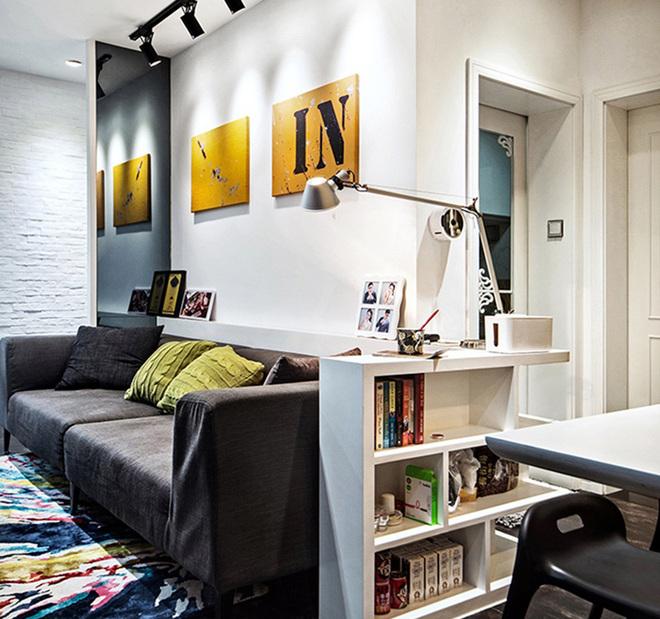 简约的客厅没有太多的装饰,深灰色的沙发搭配黄色靠垫,让空间瞬间摆脱死板。