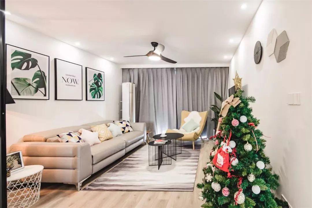 客厅宽敞,整体是狭长型,灰色的窗帘遮挡住了刺眼的阳光,两边的墙壁上特意安装了点射灯,补充光线的照明。