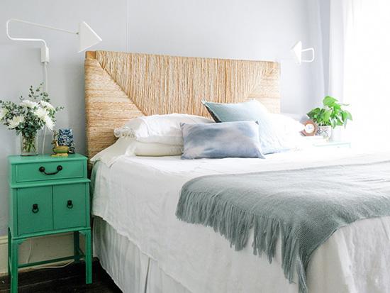 主卧空间依然让人惊艳。无论是用麻绳包裹的床头板,还是绿色复古的床头柜都给人清新又别致的味道。