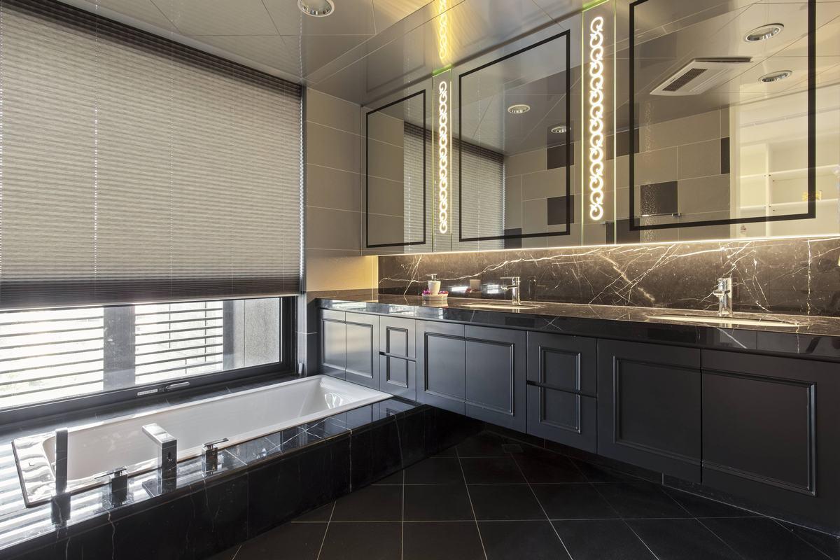 洗手间设计也是非常华贵大气,深灰色的色调让整个空间非常有质感,可以看出,居室主人的高品质生活。