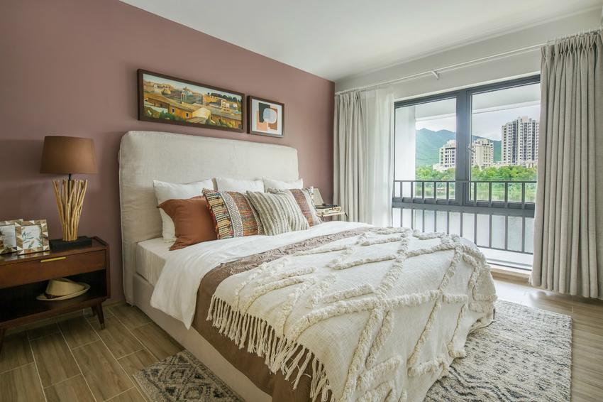 二层的卧室运用枕头、床罩、挂画等继续渲染一层的调性。