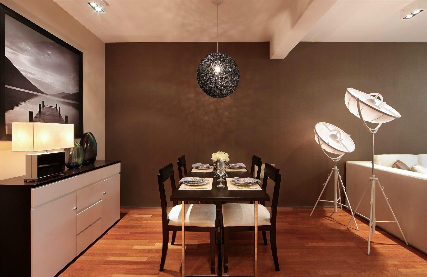 餐桌整个的黑白色设计,整体的时尚而大气。