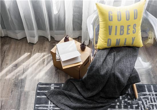 大面积灰色的布艺沙发、简约造型的圆几,以及灰色格纹地毯,让整个家充满了不同的点线面元素。