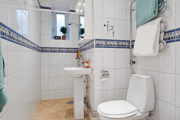 卫生间有些拥挤,有点意外的是地面居然没有采用纯白色。