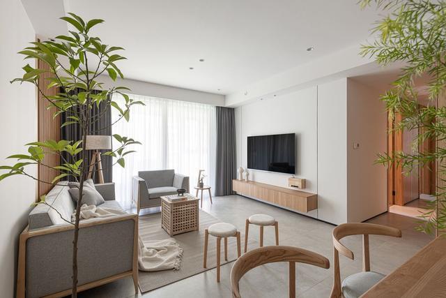 电视机背景墙素色设计,木色在空间里邂逅,碰撞出高雅的客厅空间。