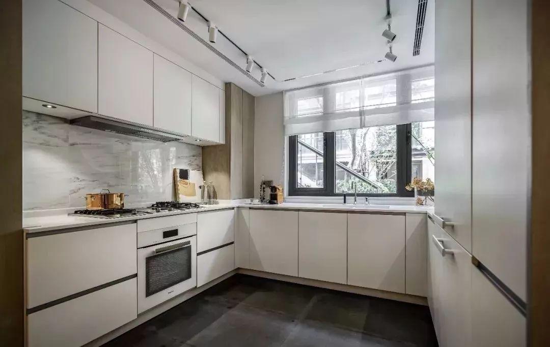 饭厅延续整体空间的色调,从外透入的光线自然地将厨房的色调过渡至明亮而大气的白色。