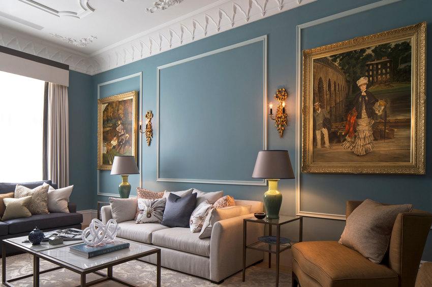沙发背后设计三个照片框,病欸有全部挂满,而是采用对称方式,左右两边各一个。
