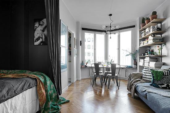 小巧的用餐区,使用金属椅子、现代简约吊灯和椭圆形桌子塑造现代质感,靠窗的设计可以让用餐者看到大幅窗景