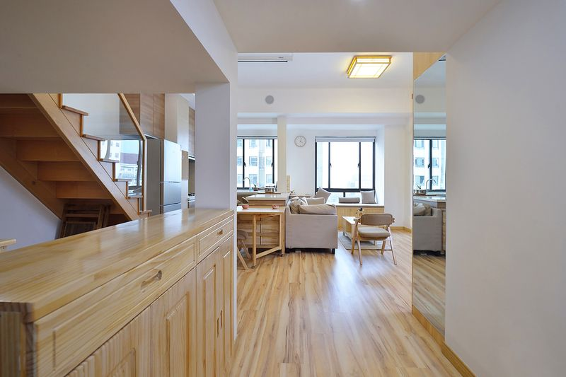 整体房型干净通透,屋内亮度极佳,大面积原木的使用又使得光线不至于太刺眼。