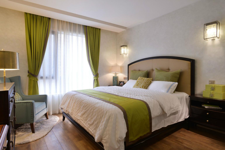 卧室中翠绿色的窗帘以及翠绿色的枕头、床单,让人感受到浓浓的生机。