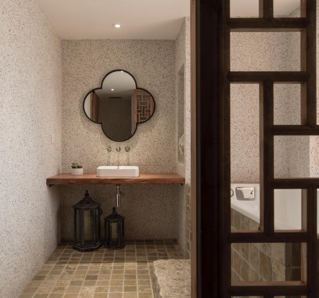 卫生间以原木以及瓷砖铺贴,整个的采光效果好,明亮又整洁