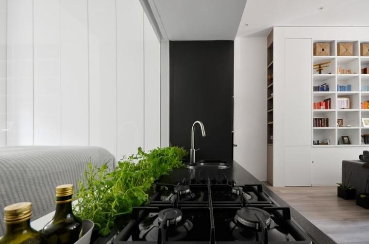 利用隔断处做厨房,,甚至十分有创意的贴边洒土,种些蔬菜,这些绿油油的蔬菜让空间充满生机。