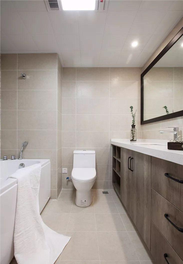 浴缸的使用让你可以舒服的泡个热水澡,缓解疲劳。洗漱台与柜子的结合,既充满个性又能满足你收纳的需求。