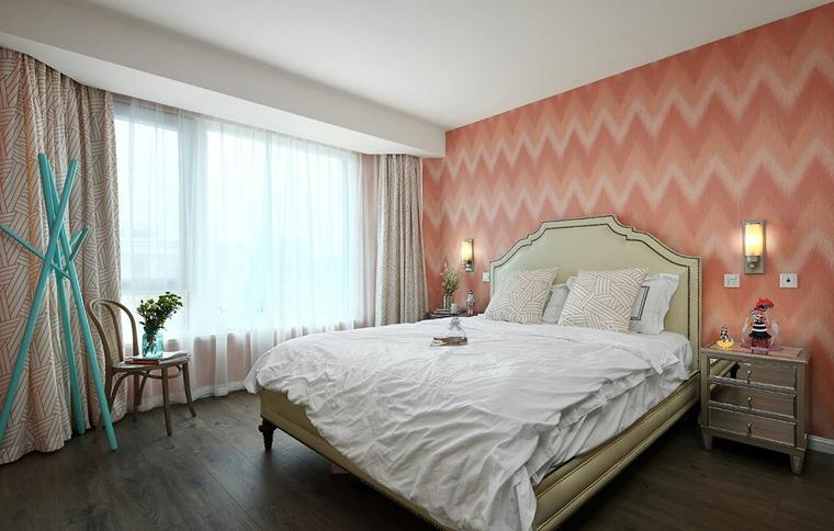 卧室整体风格粉嫩,浅色系的床品使室内更加明亮。