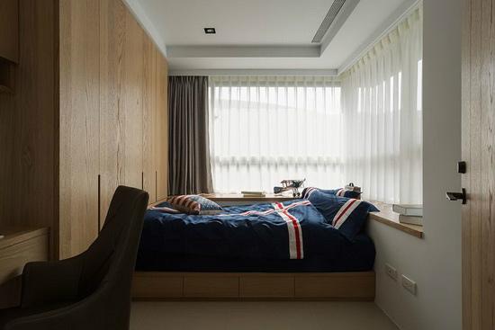 位于角窗区的女孩房拥有L型双面采光,进而放大仅两坪的迷你格局。