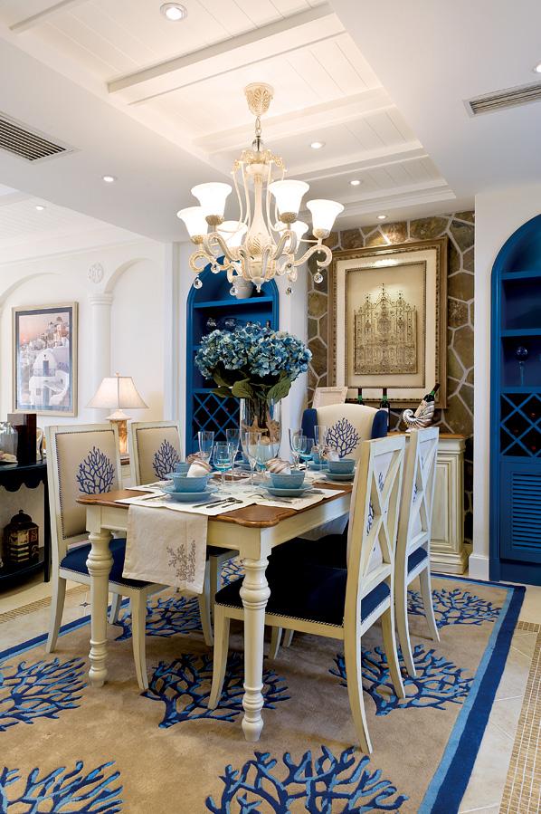 餐厅设计对于小空间来说一举两得,一抹彩色的花砖点缀了空间